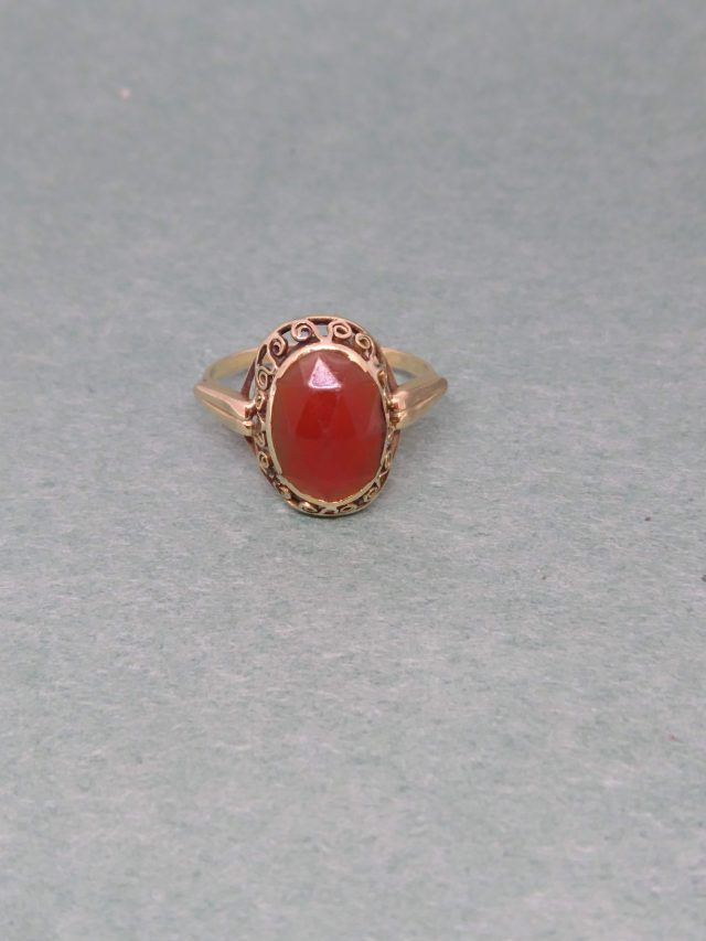 Vervormde gouden ring met granaat